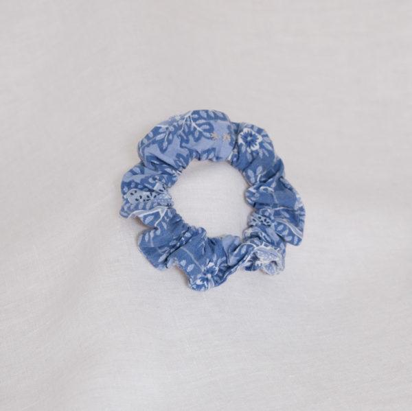 Chouchou en chute de tissu motif bleu