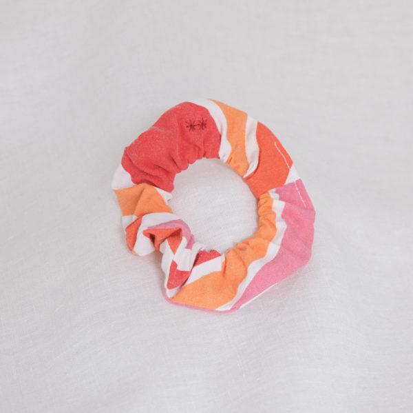 Chouchou en chute de tissu rayé rouge orange rose
