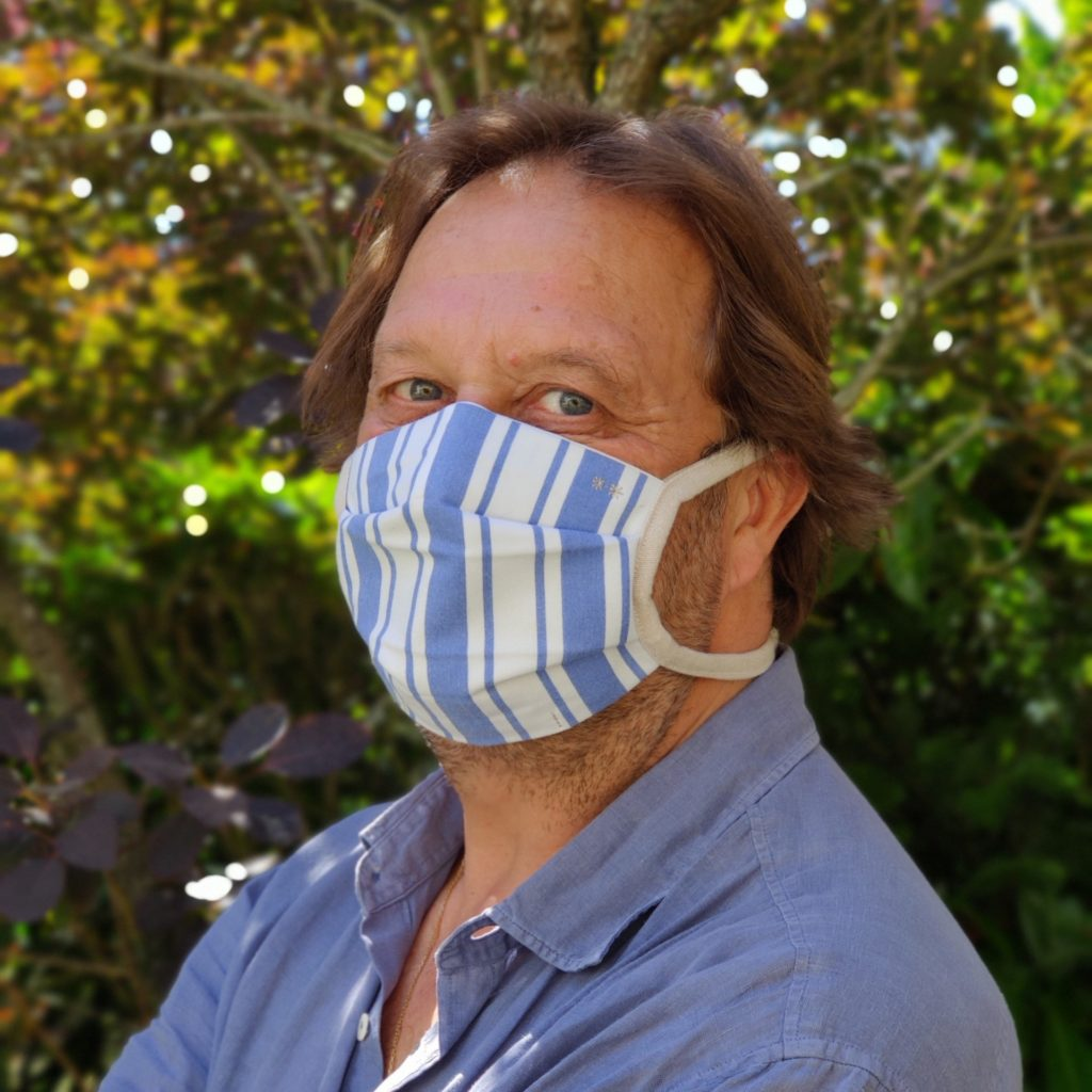 Masque en tissu rayé bleu et blanc