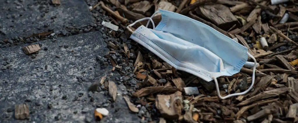 Masque jetable polluant dans la rue